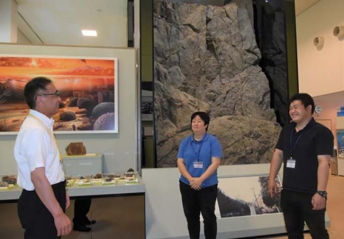 三陸ジオパークの魅力発信に意欲を燃やす長沢敏之館長(左)ら