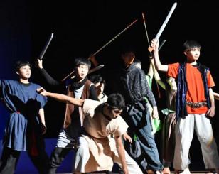 迫力ある演技を披露する渋民中特設演劇部の生徒