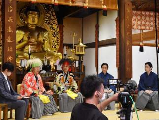 中尊寺本堂で、源義経公にまつわる話題を展開する(右から)花柳源九郎さん、佐々木多門さん、阿部大樹さん、吉田聖樹さん、浅野祥さん