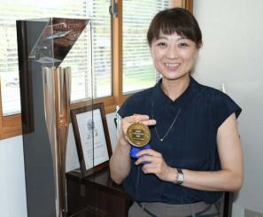 メダル製作プロジェクトの関係事業者を対象にしたメダルを手に、環境意識の広がりを願う小野寺真澄社長