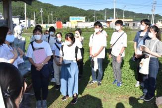 大槌町の旧役場庁舎跡地で説明に聞き入る高校生