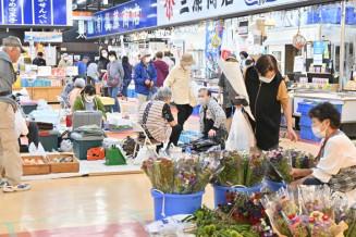 お盆の準備をする買い物客でにぎわう市魚菜市場