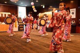 宿泊客らを前に踊りを披露する県立大さんさ踊り実行委のメンバー