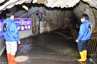 降り続く雨の影響で通路が冠水した龍泉洞