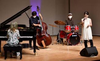 ジャズアレンジした応援歌などを披露して会場を盛り上げる宇津志博恵さん(右)