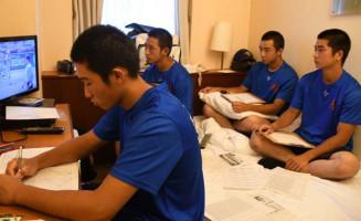 初戦に向け、鹿島学園の試合のビデオを分析するデータ班=13日、神戸市内の宿舎(盛岡大付高提供)