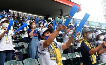 緊迫した試合展開の中、メガホンを打って選手を鼓舞する盛岡大付の応援団=16日、兵庫県西宮市・甲子園球場