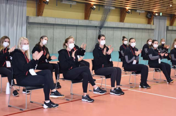 歓迎を受けるシッティングバレーボールカナダ女子代表チーム