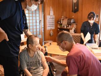 患者宅を訪問し、ワクチンを接種する川島実院長(手前右)