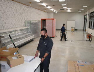 「イーガストすみた」の開業準備に当たるスタッフ。住田町の新たな交流拠点を目指す