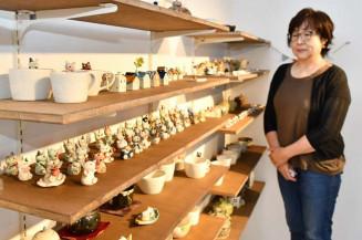かわいらしい陶器が並ぶ「ma-ma工房」。菅原真知子さんは「暮らしに彩りを」と創作に励む