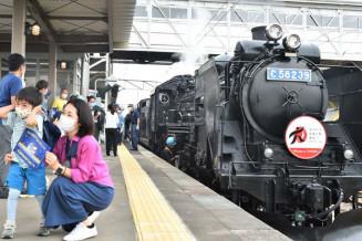 今年初の運行となったSL銀河。親子連れや鉄道ファンが出迎えた=21日、花巻市・JR花巻駅