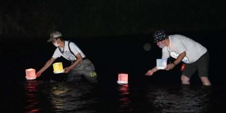 砂鉄川に灯籠を流す一関商工会議所青年部東山支部のメンバー