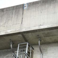 コンクリート片が落下したJR一ノ関駅付近の東北新幹線高架橋防音壁=21日、一関市深町