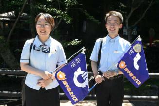新人バスガイドの小笠原弘子さん(左)と立花太一さん