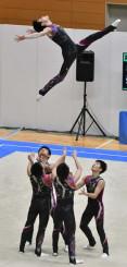 力強い演技を披露し、3位に輝いた盛岡市立=新潟市・東総合スポーツセンター