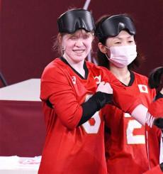 東京パラリンピック初戦に向けチームメートと最終調整する欠端瑛子選手(左)。岩手からの応援を力に金メダル獲得を目指す=23日、千葉市・幕張メッセ
