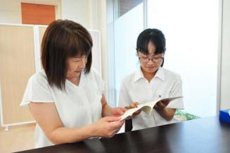手記を読み返す法月映鈴音さん(右)と母親の周子さん=焼津市内