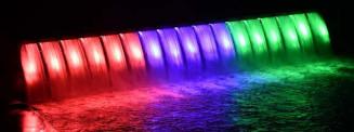 パラリンピックカラーに染まる湯田貯砂ダムの滝
