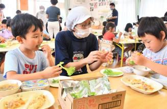 食育教室で新鮮なレタスを味わう前沢保育所の園児たち