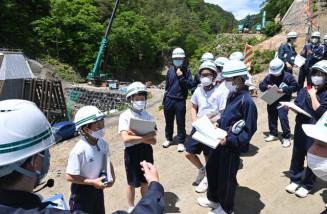 流域治水プログラムの一環で砂防ダムの整備状況を学ぶ小川中の生徒たち