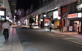 県が要請した時短営業期間が始まり、閑散とする盛岡市の大通商店街=30日午後8時20分
