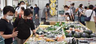 特産品や農産物を品定めする買い物客