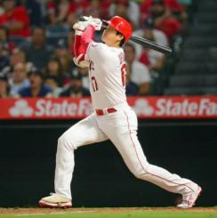 ヤンキース戦の5回、42号本塁打を放つエンゼルス・大谷翔平=アナハイム(USAトゥデー・ロイター=共同)