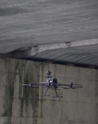 点検作業で橋を撮影するドローン