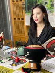 ライブコマースで南部鉄器の魅力を伝える王朝源さん。ミス・インターナショナルの発信力を生かし、県産品のファン拡大を図る(ジェトロ盛岡提供)