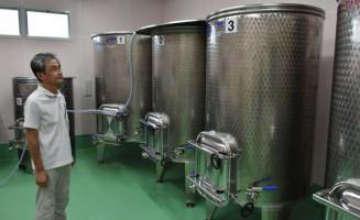 ワインの仕込み作業に向けて準備を進める佐藤直人代表