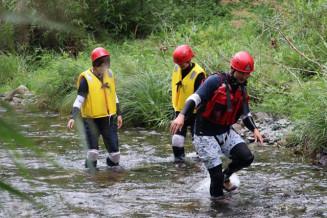 矢作川を上流に向かって進む参加者