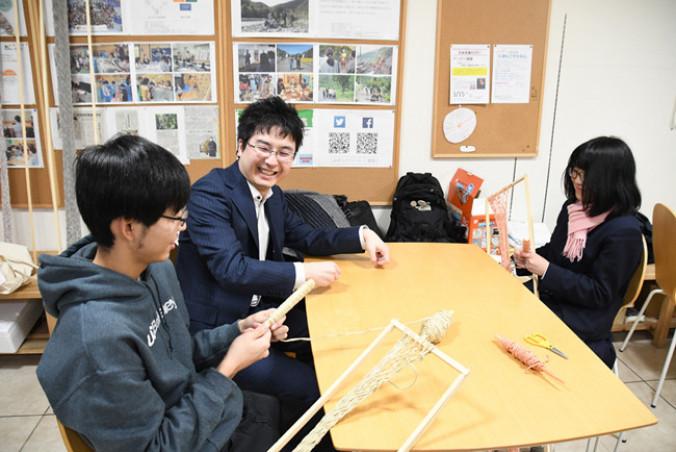 地元高校生らと交流する吉水和也さん(中央)