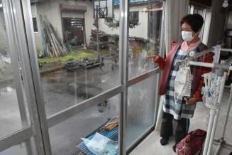 クマが自宅に侵入し割れた窓ガラス=8日、花巻市横志田
