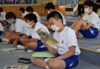 岩手日報の記事を読みながら、雪谷川水害と復興の歩みを学ぶ軽米中の生徒