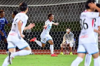 後半23分、2点目となるゴールを決め喜ぶ岩手のMF西田恵(中央)=鹿児島市・白波スタジアム