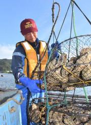 「まだ学ぶことは多い」。一人前の漁師を目指して研さんを積む須田大翔さん