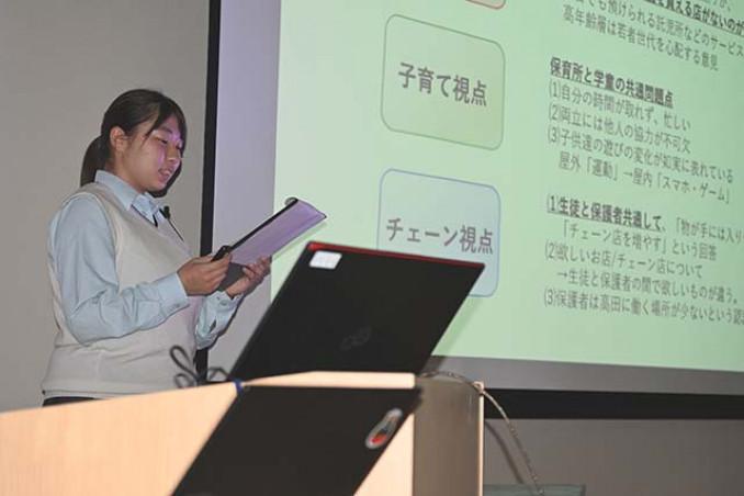 自ら設定したテーマについて発表する高田高の生徒