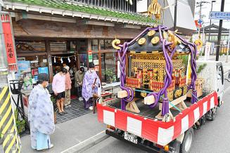 新型コロナウイルス禍を踏まえ、初めてトラックによるみこしの巡行を行った遠野郷八幡宮例祭=14日、遠野市中央通り