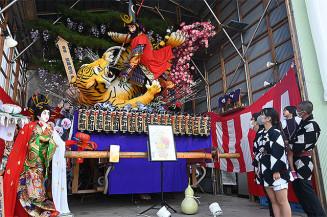 多くの見物客を魅了した石鳥谷秋友会の南部流山車
