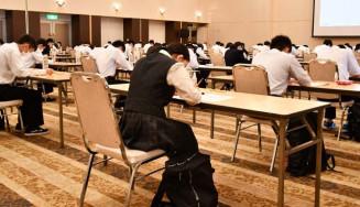 キオクシア岩手の筆記試験に臨む生徒=16日、北上市内