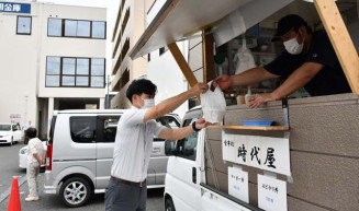北上信用金庫本店の駐車場で弁当を販売する食事処時代屋のキッチンカー