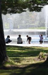 暑さが戻り、水の感触を楽しむ子どもたち=19日、花巻市松園町・日居城野運動公園