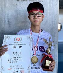 男子6年100メートルで11秒99の県小学新をマークし頂点に立った富沢凛(サンビレRC)=19日、横浜市・日産スタジアム