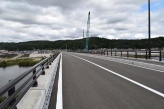 堤防のかさ上げと併せて新たに整備された湊橋。23日に開通する