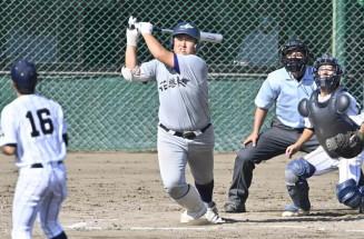 花巻東-久慈東 6回表花巻東2死三塁、佐々木麟が中越えに本塁打を放つ。投手小向、捕手谷地中、球審小谷地=県営