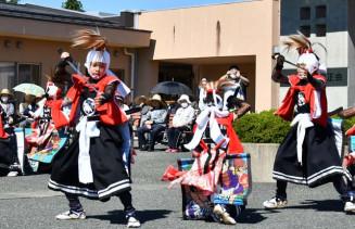 勇壮な演舞を披露する鬼柳鬼剣舞保存会のメンバー