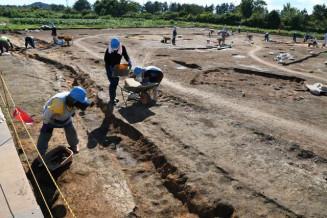 奈良時代の集落跡が見つかった大谷地Ⅲ遺跡。円形の溝(左手前)で区画した一画があり、注目される