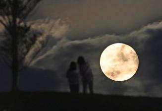雲間からのぞく中秋の名月=21日午後6時33分、盛岡市本宮・中央公園(報道部・山本毅撮影)