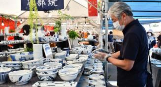 種類豊富な陶器をじっくり品定めする来場者